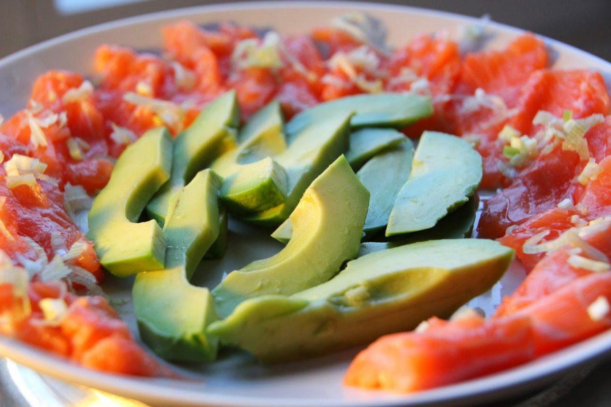 Lachs-Sashimi mit Frühlingszwiebeln und Avocado