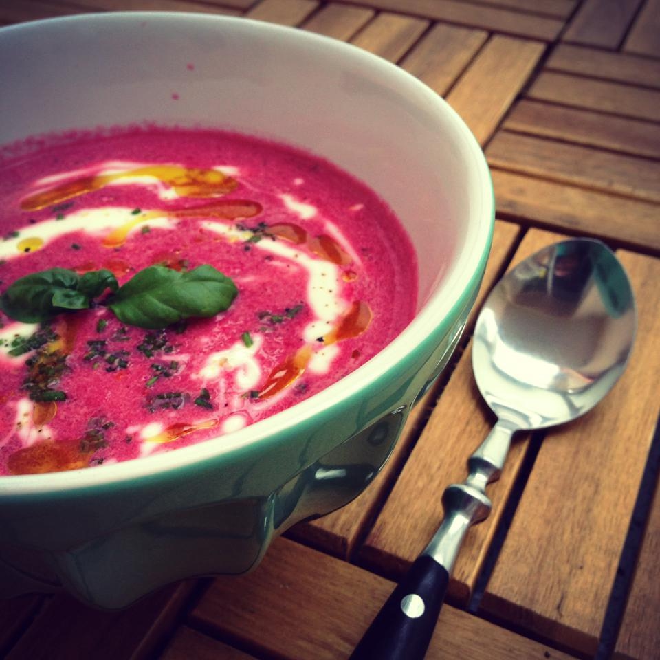 Rote Bete Suppe mit Meerrettich-Schmand