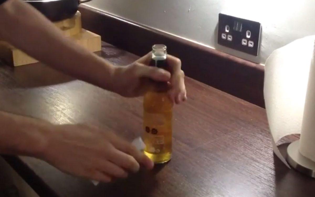 Flasche mit flasche öffnen