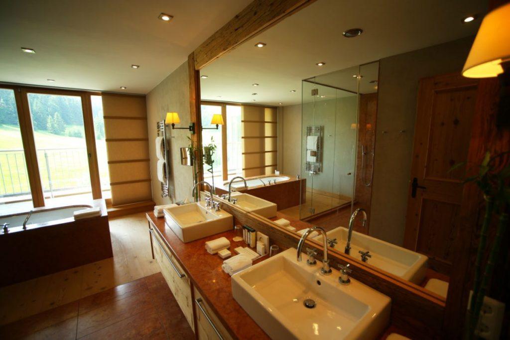 Bad der Penthouse Suite im Kempinski Das Tirol