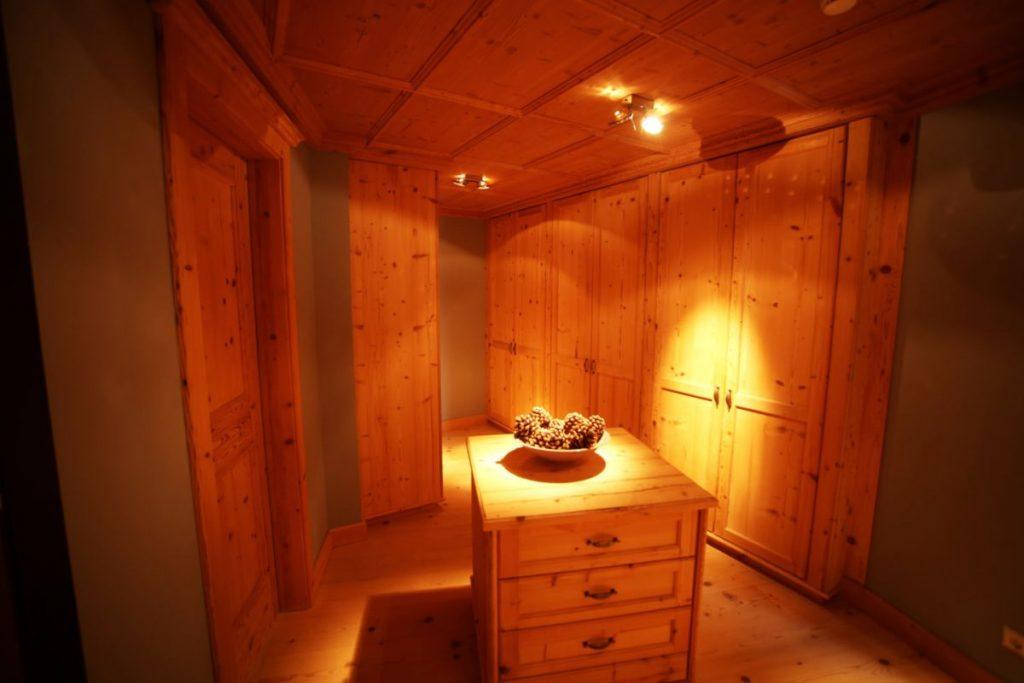 Begehbarer Kleiderschrank der Penthouse Suite im Kempinski Das Tirol
