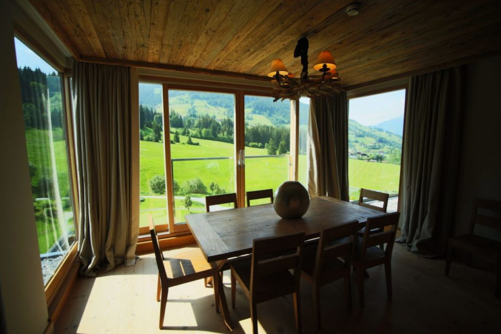 Küchentisch der Penthouse Suite im Kempinski Das Tirol