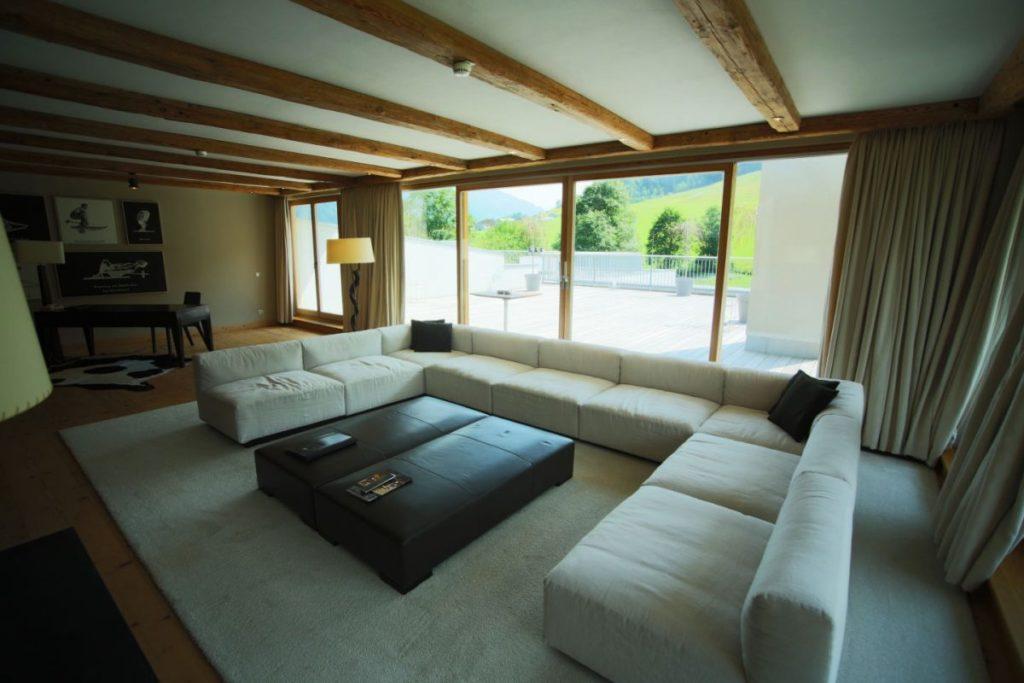 Wohnzimmer der Penthouse Suite im Kempinski Das Tirol