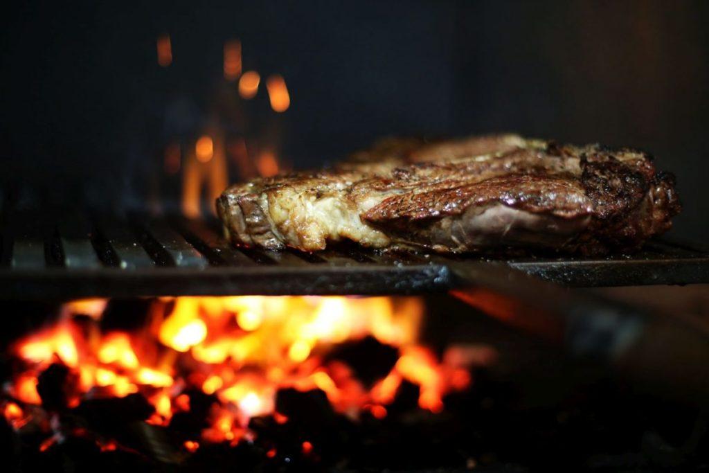 Bistecca alla fiorentina con patate al forno | Il Cuore in Pentola