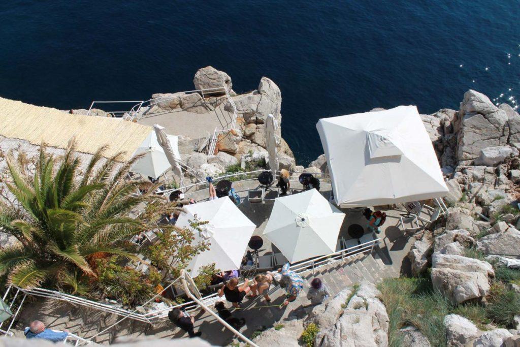 Café in den Felsen von Dubrovnik