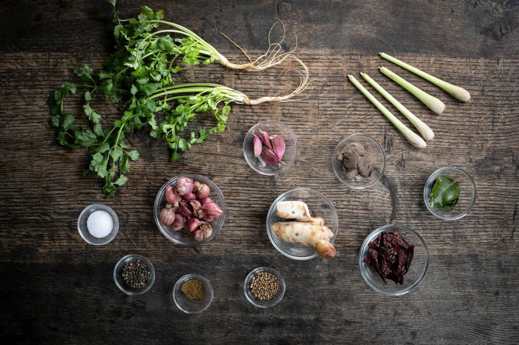 Alle Zutaten die in der Past für das rote Thai-Curry stecken.