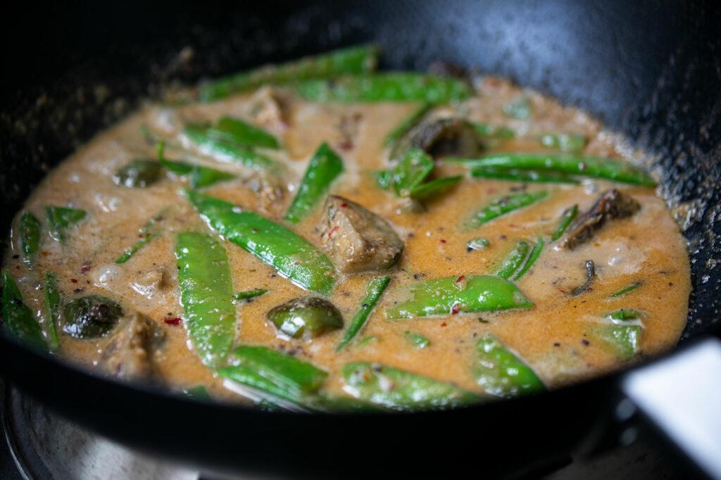 Das rote Thai-Curry im Wok.