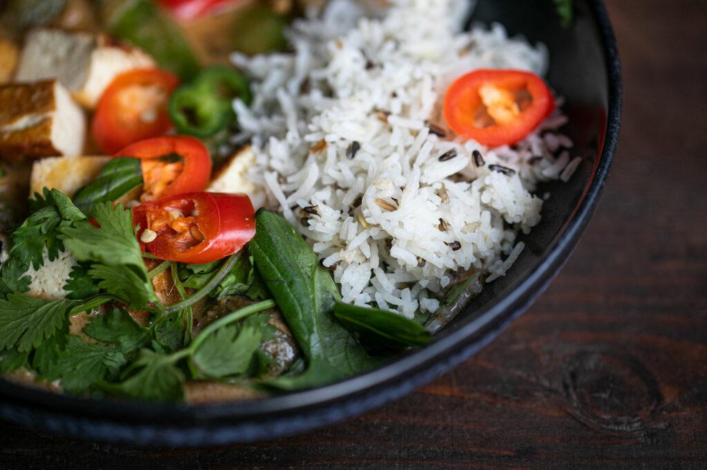 Das fertige Thai-Curry serviert mit Basmati-Reis.