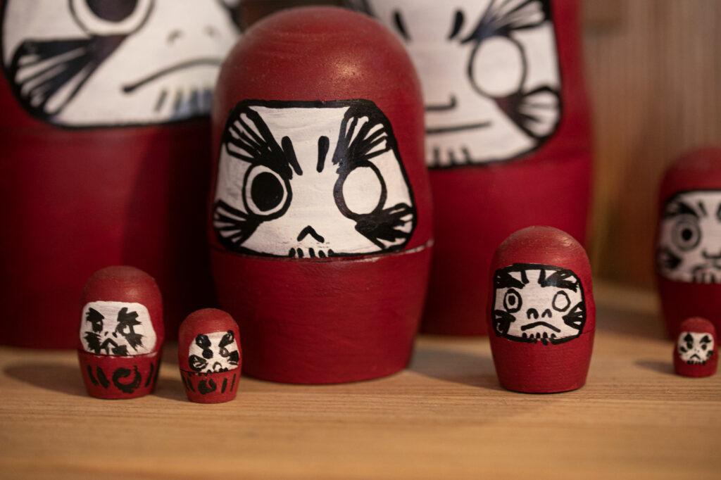 Die namensgebenden Daruma-Puppen stehen überall im Laden herum