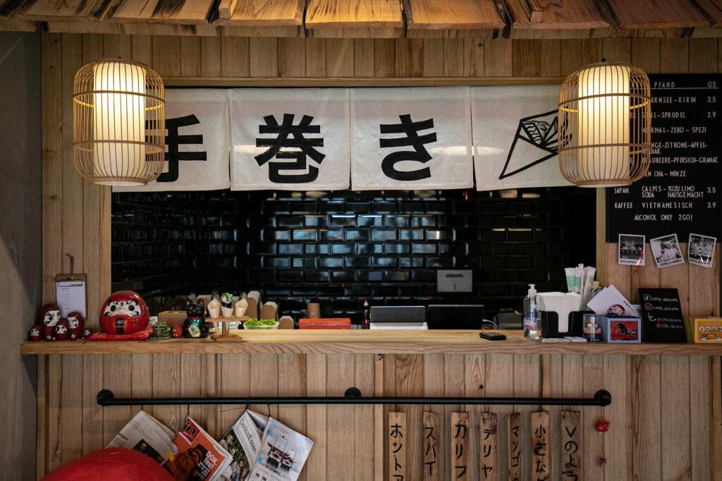 Die Verkaufstheke im Little Daruma ist eine tolle Komposition aus hellem Holz.