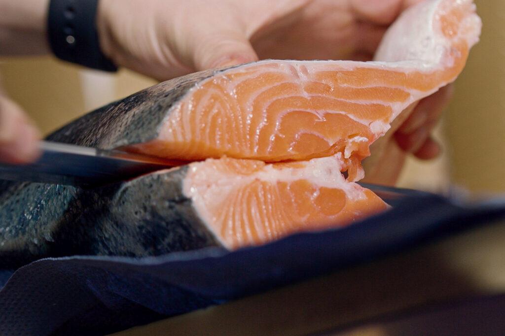 Der Fisch wird von Marco jeden Morgen frisch zerteilt