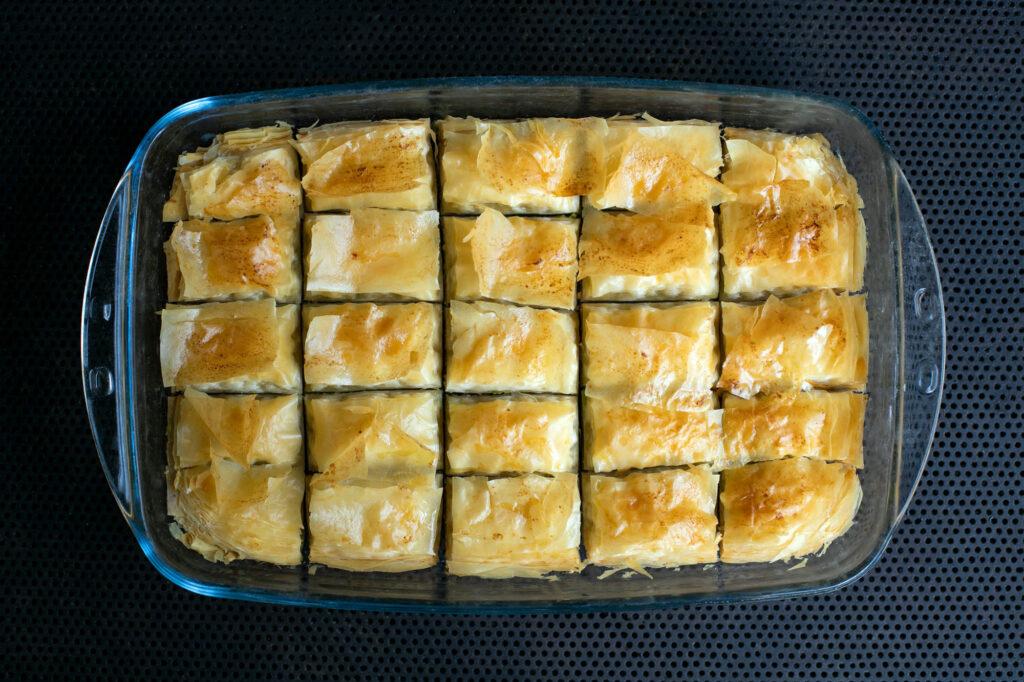 Knuspriges Baklava kurz nach dem es aus dem Ofen genommen wurde.